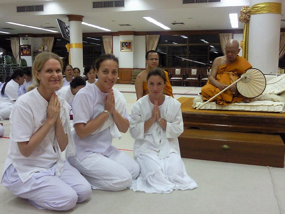 grup 3 femei ce mediteaza vipassana