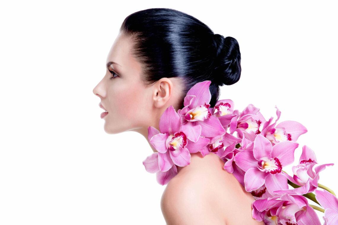 portret femeie frumoasa cu flori