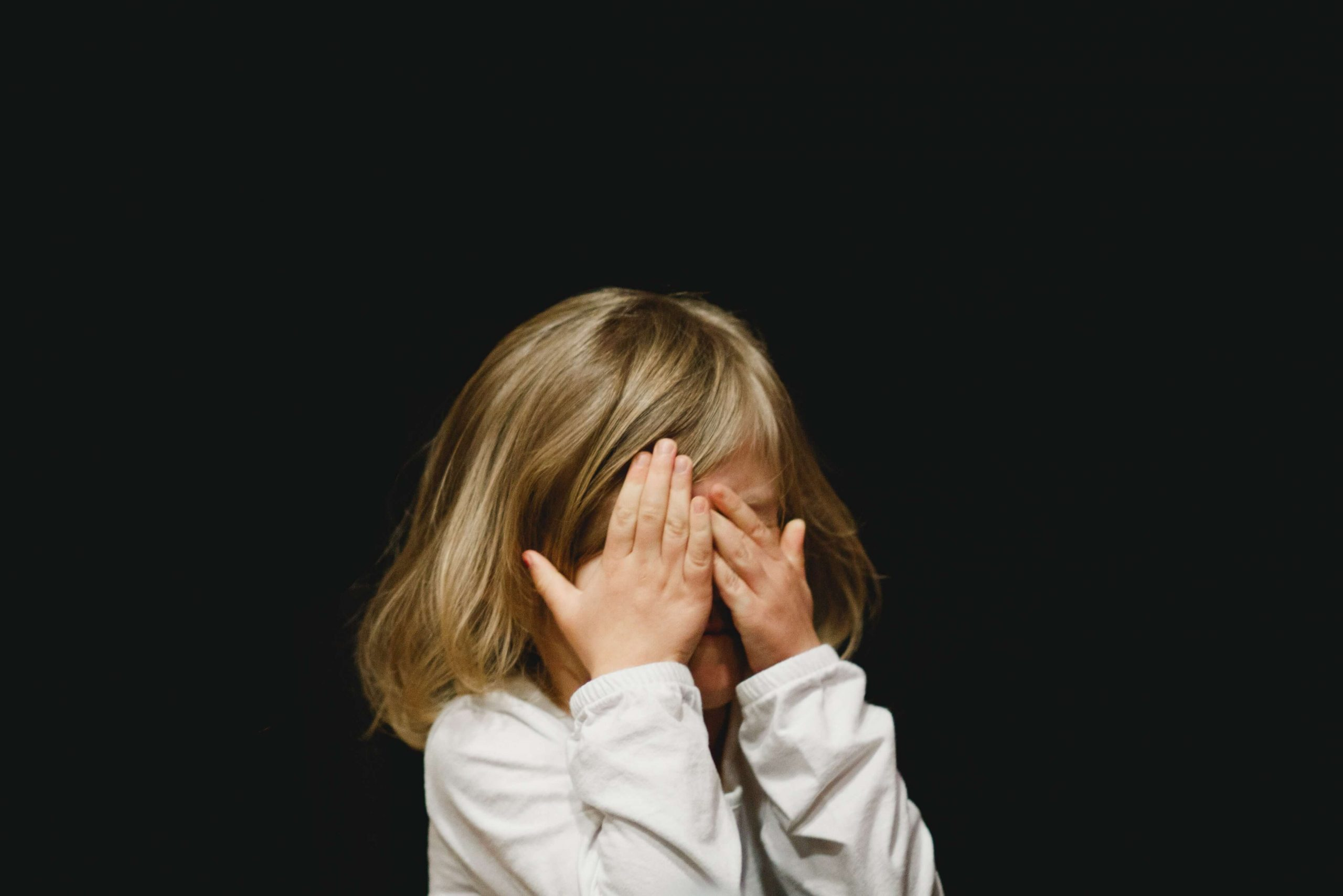 copil care plange