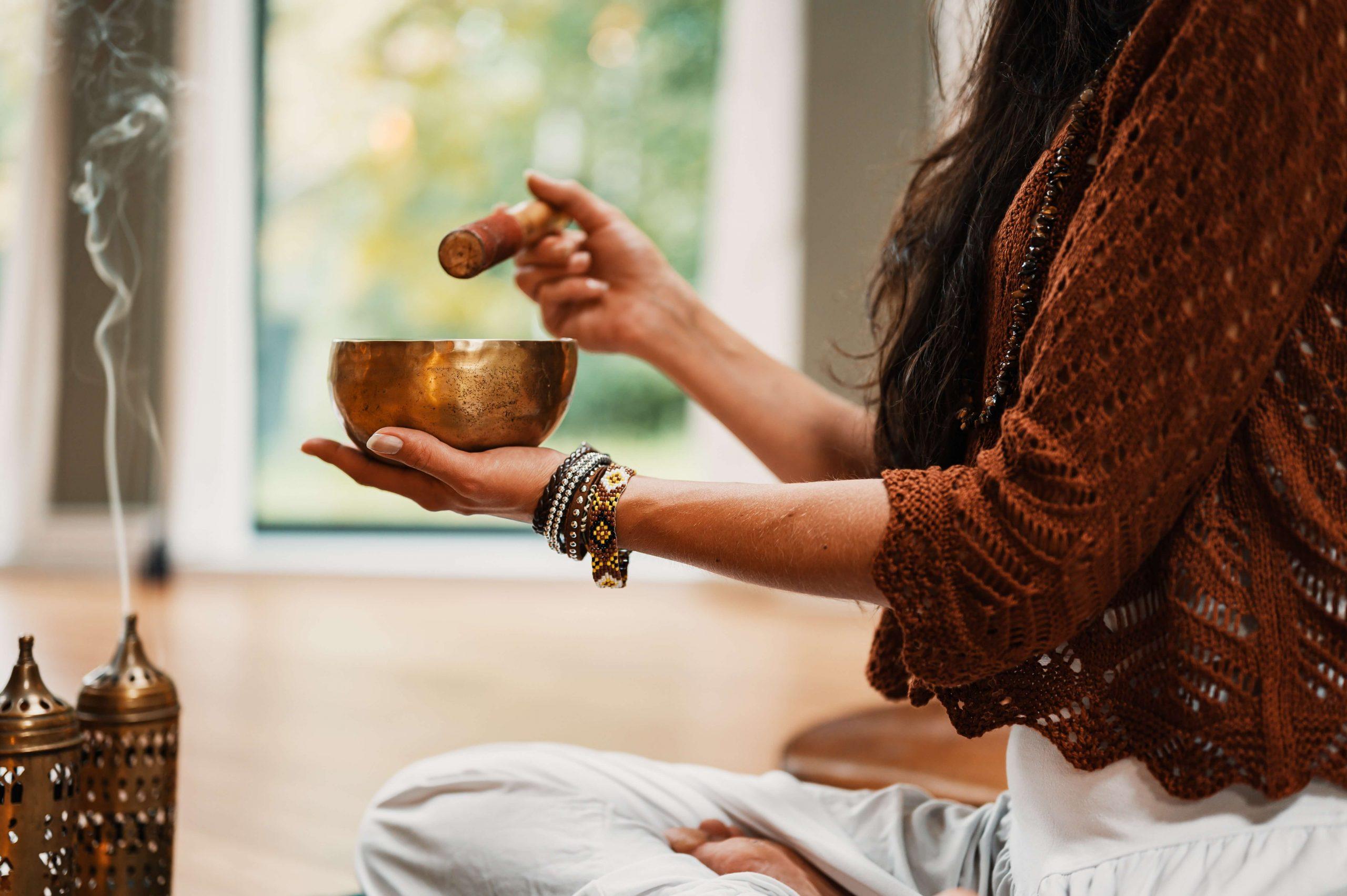 femeie care mediteaza